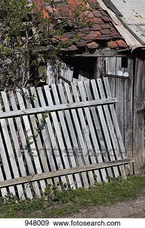 Stock Fotograf Teilausschnitt Von A Zusammenbrechen Zaun Vor