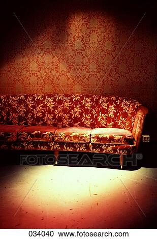 stock fotografie a rot sofa zimmer mit rot tapezieren 034040 suche stockfotografien. Black Bedroom Furniture Sets. Home Design Ideas