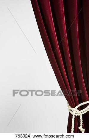 Stock Foto Rot Samt Vorhang Gebunden Mit A Gold Seil 753024