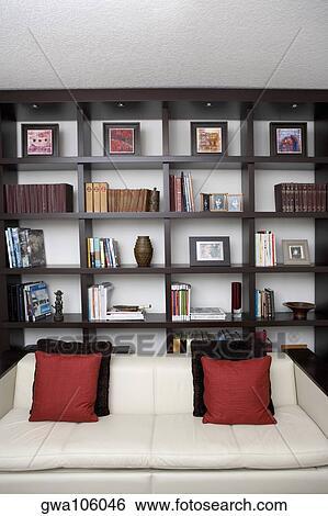 Archivio di Immagini - divano, davanti, mensole, in, uno, soggiorno ...