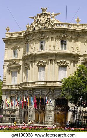 Bandeiras Frente Um Palácio Palacio De Linares Plaza