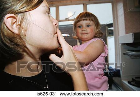 Nikotinsuchtig durch rauchende mutter