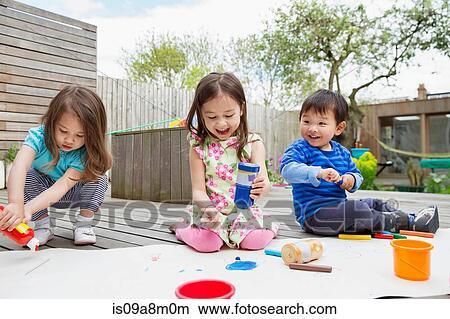 Banque De Photo Trois Jeunes Enfants Peinture Et Dessin Dans