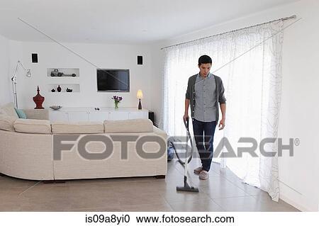 Mann Staubsaugen Wohnzimmer Boden Stock Bild
