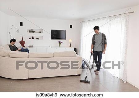 Stock Fotograf Mann Staubsaugen Wohnzimmer Boden Is09a8yh9