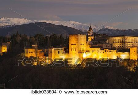 Alhambra Palais Eclaire A Crepuscule Les Neige Couvert Sierra Nevada A Les Dos Grenade Grenade Province Andalousie Espagne Europe Banque D Image Ibltdr03880410 Fotosearch