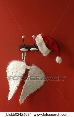 Stock Foto Kerstmuts En Engel Vleugels Hangend Nostalgisch