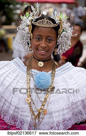 Foto Bailarin De Un Folklore Grupo Llevando Un Traje
