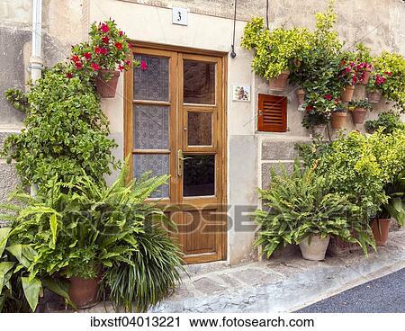 Hauseingang, Umgeben Von Blumen Und Topfpflanzen, Valldemossa, Mallorca,  Balearen, Spanien, Europa