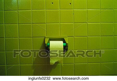 Stock foto groene badkamer tegel en toilet papier op rol