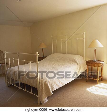Stock Bilder Nahaufnahme Von A Weiss Malen Schmiedeeisen Bett