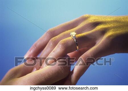 Stock Fotograf Finger Manner Innen Verlobungsring Bindung