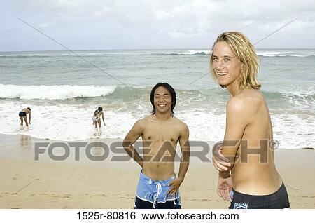 Stock Bilder Zwei Junge Männer Lächeln Strand Mit Zwei Junge