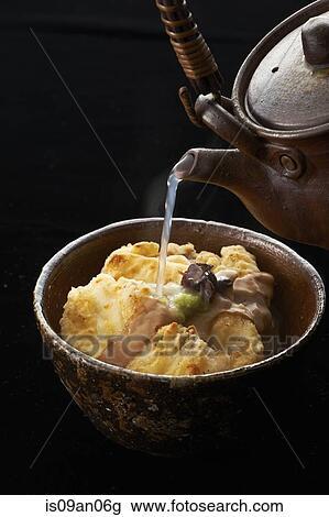 Stock Foto - heißes wasser, von, kessel, gießen, schüssel essen ...
