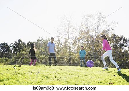 Fotos Pareja Madura Y Ninos Jugar Futbol En El Estacionamiento