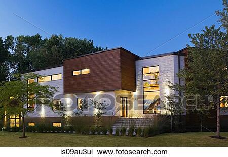 Éclairé, beige, pierre, à, brun, cèdre, bois, moderne, cubiste, style,  résidentiel, maison, façade, à, crépuscule, québec, canada Banque d\'Image