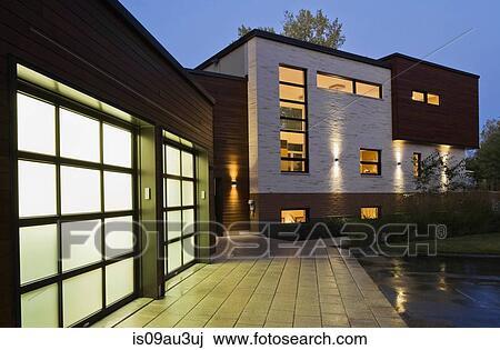 Éclairé, deux, voiture, garage, de, moderne, cubiste, style, résidentiel,  maison, à, crépuscule, québec, canada Banque d\'Image