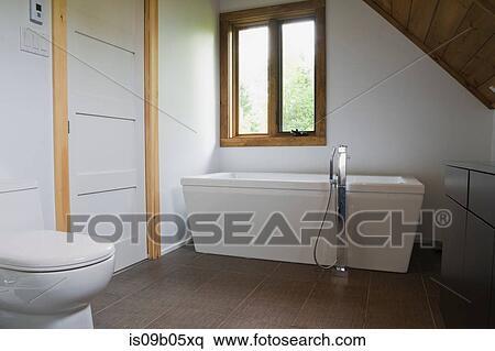 Salle bains, à, gris, sol mosaïque céramique, et, blanc, porcelaine,  toilette, et, pied, baignoire, dans, petite maison, style, notation maison,  ...