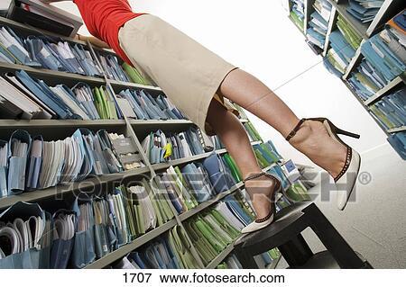 Image femme porter jupe et hauts talons recherche pour