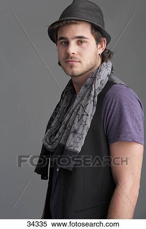 Banque d Image - portrait, de, sourire, jeune homme, porter, écharpe, et,  fedora f1a73079b8d