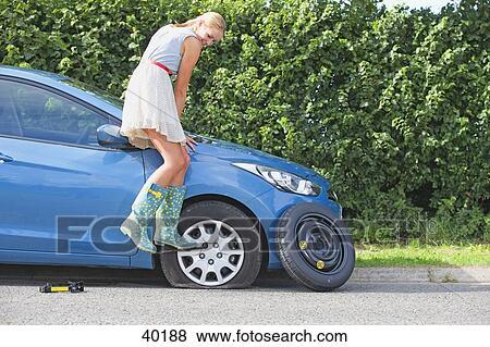 images frustr femme d compos pneu plat sur voiture 40188 recherchez des photos. Black Bedroom Furniture Sets. Home Design Ideas