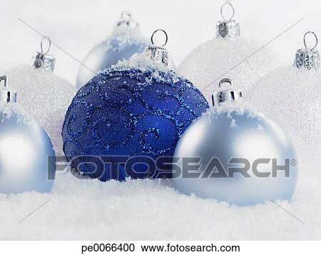 Christbaumkugeln Blau.Nahaufnahme Von Blau Christbaumkugeln In Schnee Stock Bild