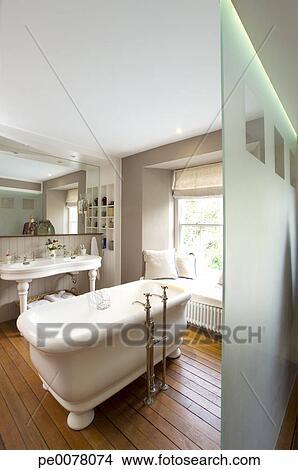https://fscomps.fotosearch.com/compc/OJO/OJO027/ouderwets-ligbad-in-badkamer-stock-foto__pe0078074.jpg