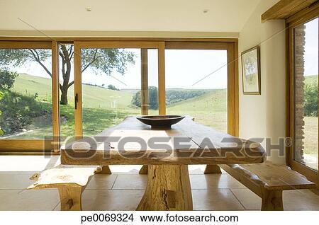 Stock Foto Schale Auf Naturholz Tisch In Modernes Esszimmer
