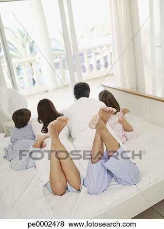 Bilder Parchen Mit Junge Tochter Und Sohn Bett Liegen Auf