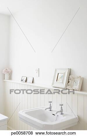 Vacío, cuarto de baño, con, cuadros, en, estante Fotos