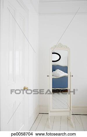 Vide, chambre à coucher, à, miroir, et, lit Image | pe0058704 ...
