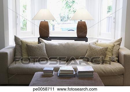 Vuoto, soggiorno, con, divano, e, tavolino da caffè Archivio Immagini
