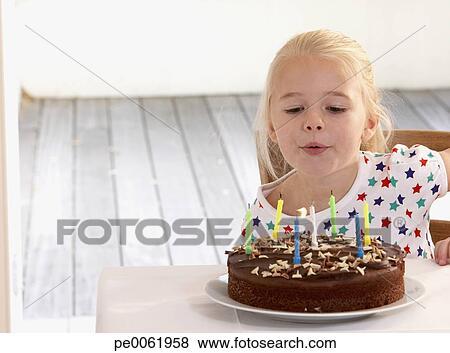 Junges Mädchen In Kueche Mit Geburtstagskuchen Blasen Kerzen