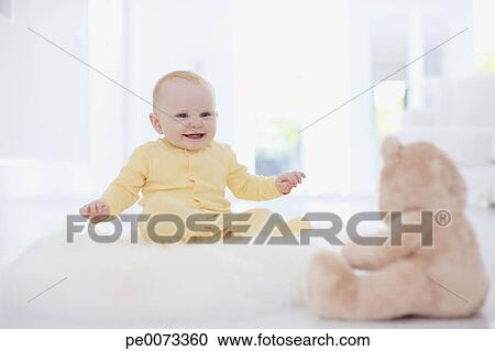 Banques de Photographies - bébé souriant, regarder, ours peluche, sur, tapis 5d840071edb