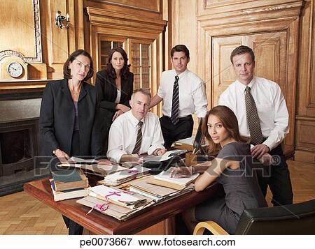Scrivania Ufficio Avvocato : Immagine avvocati intorno scrivania in ufficio pe