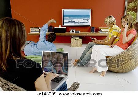 Archivio fotografico - famiglia, in, soggiorno, donna usa laptop ...
