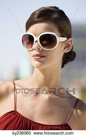 Banque d Image - mannequin, lunettes soleil port ky236065 ... 36bf39e0f8e2