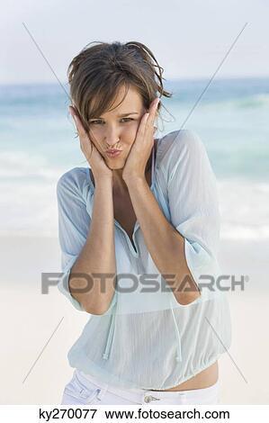 Femme Fabrication Visage Drole Plage Banque De Photo Ky270077 Fotosearch