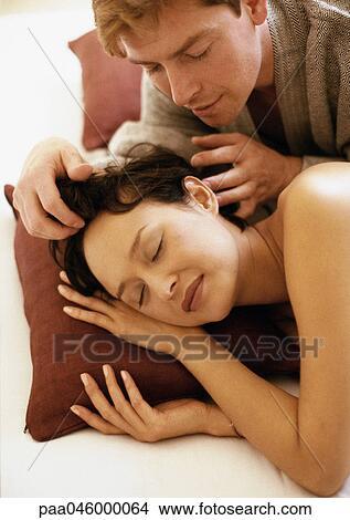 Homme touche cheveux femme