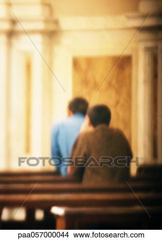 Duas Pessoas Orando Em Igreja Vista Traseira Obscurecido Foto