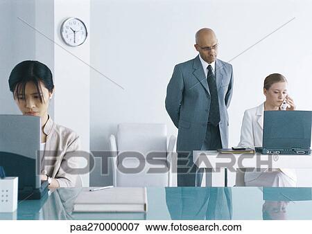 Bild Zwei Frauen Arbeiten Laptops In Buro Mann Ruber Schauen