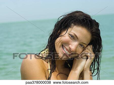 Immagini - donna, con, capelli bagnati, sorridente, mare, in, fondo ...