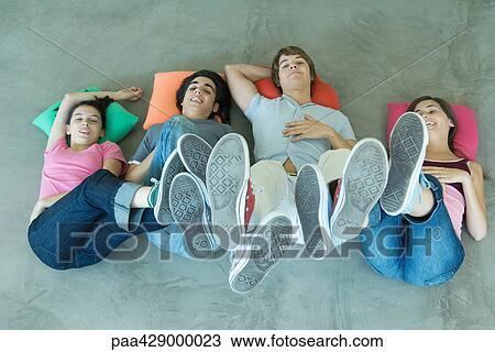 Stock Foto Jugendlich Freunde Liegen Boden Mit Fusse Luft