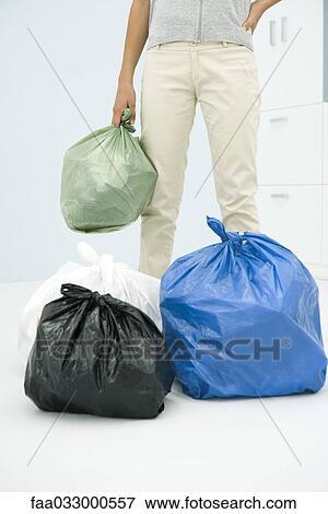 Adolescente niña, con, varios, bolsas, de, basura, cortado, vista Colección de foto