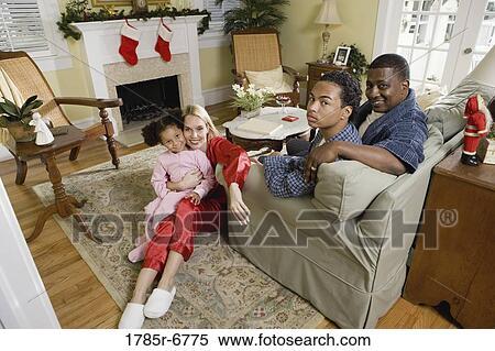 Archivio Immagini - famiglia, in, pigiama, seduta, in, soggiorno ...