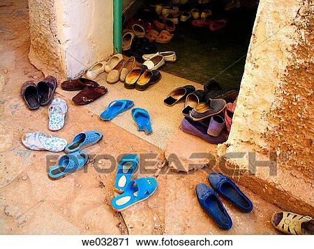 dabf35b4c06 Παπούτσια, σε, ο, είσοδοs, από, ένα, τζαμί, figuig., μαρόκο Στόκ ...