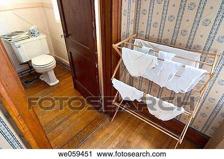 Stock fotografie ondergoed drogen op een houten rek naast