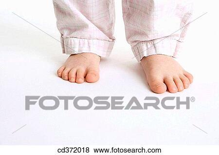 so cheap genuine shoes buy good Enfance, pieds nue, enfant, partie corps, corps, anonyme Banque de Photo