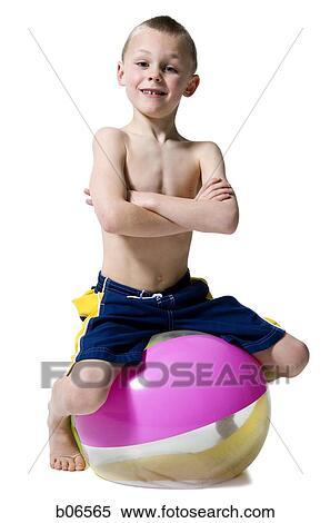 niño en una silla sentado y una pelota debajo