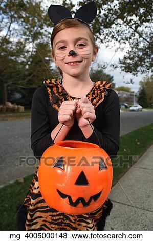 A, jeune fille, sur, les, trottoir, sur, les, recherche, pour, plus,  halloween, candy., elle, est, habillé, comme, a, chat, dans, a, noir,  unitard, et,